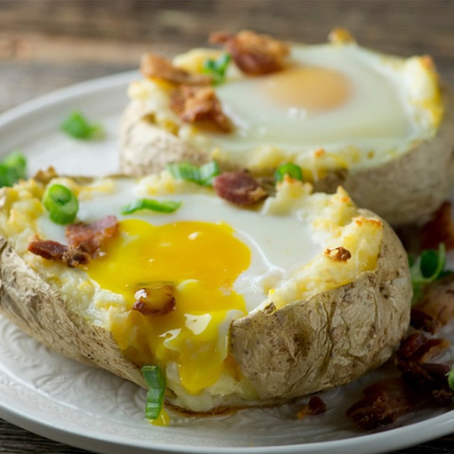 Bacon and eggs baked potatoes #ontheblog now!