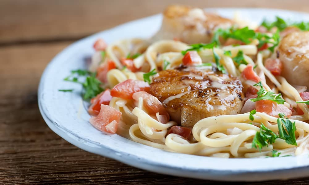 Seared scallops with tomato cream sauce