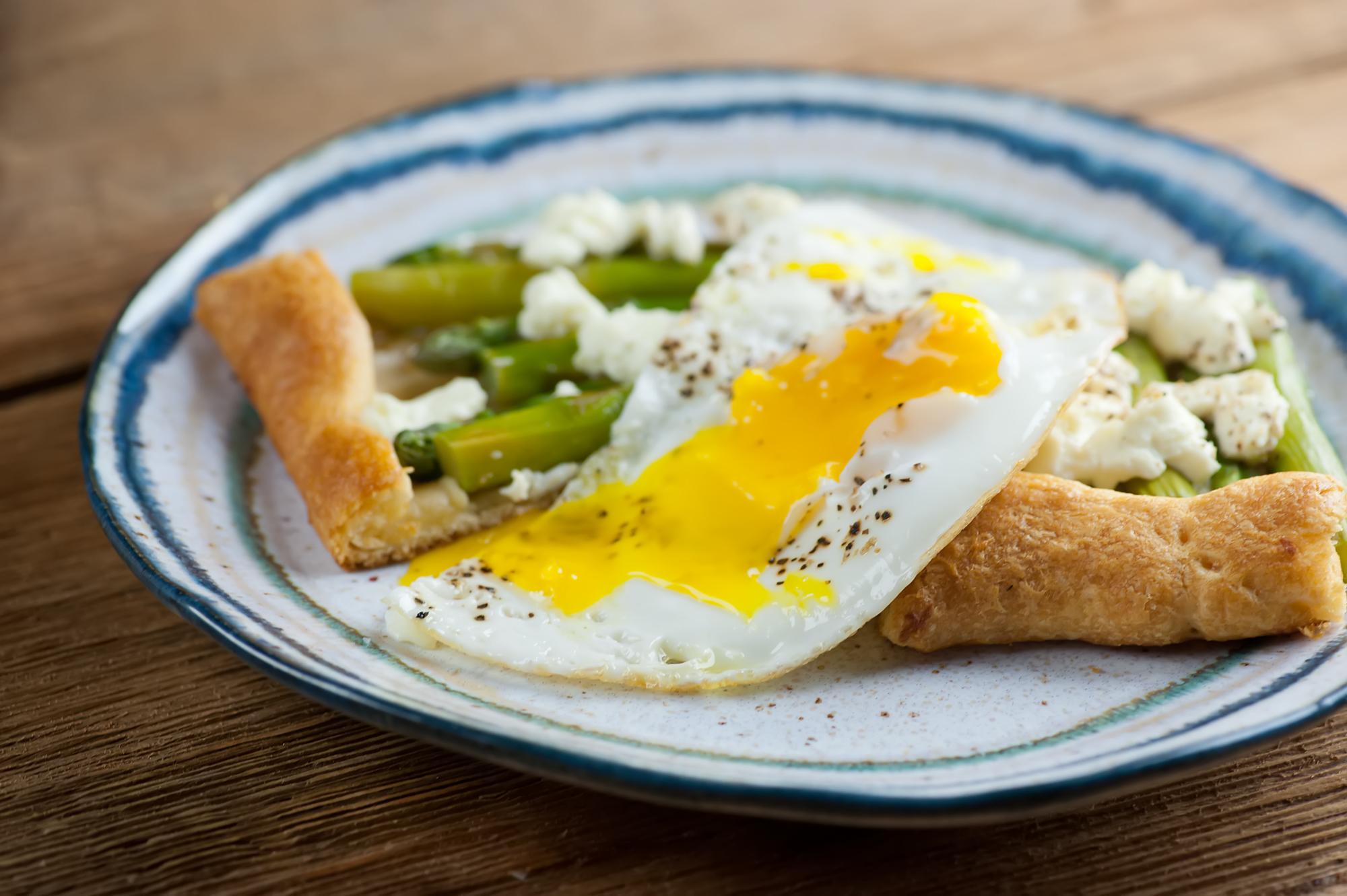 asparagus tart with fried egg