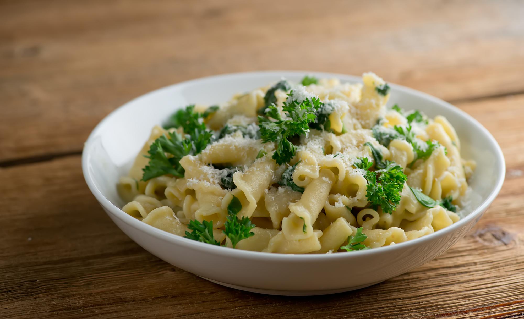 pasta with creamy spinach hummus sauce